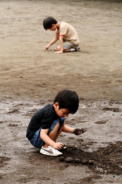 Dorodango_boys_on_beach