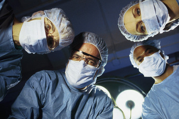 Surgeons_looking_at_patient
